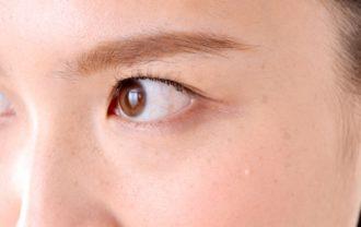 目の下のたるみ解消に効果のあるマッサージをする女性のイメージ写真