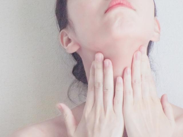 二重あご解消マッサージをする女性のイメージ写真