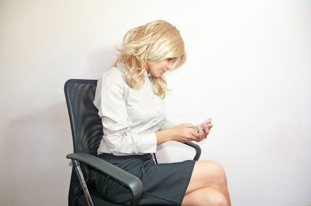 スマホを操作する女性のイメージ写真