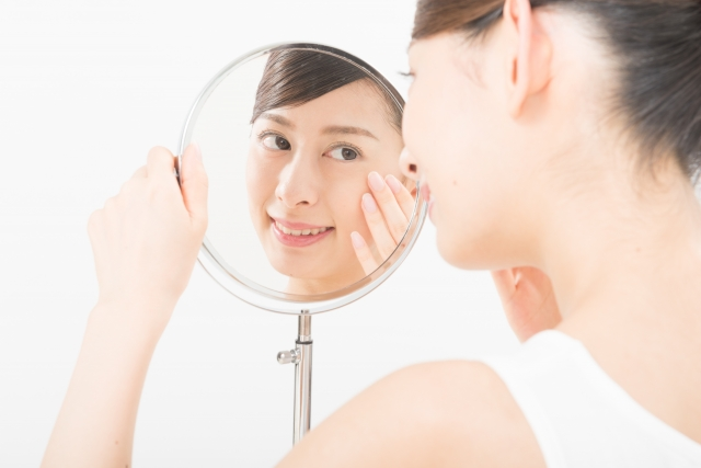 目の下のふくらみを気にする女性のイメージ写真