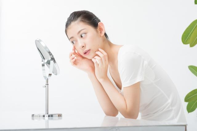 目の下のしわに悩む女性のイメージ写真